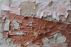 De oude door storm geteisterde muur, de verf is een een gevoelige die roze en kleur van Bourgondië van de oppervlakte door de bar Royalty-vrije Stock Foto