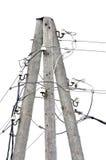De oude doorstane oude houten post van de elektriciteitspool, de kabels van de draadhub, isoleerde uitstekende close-up stock foto's