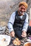 De oude dorpsmens eet zijn lunch royalty-vrije stock afbeelding