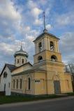 De oude Drievuldigheidskerk met de klokketoren in Veliky Novgoro stock afbeelding