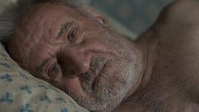 De oude droevige mens ontwaakt stock video