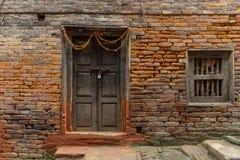 De oude duidelijke deur en het venster van de newaristijl royalty-vrije stock afbeeldingen