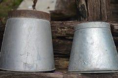 De oude emmer water stock afbeelding