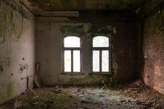 De oude en geruïneerde ruimte van een gebouw, verloren plaatsen stock afbeelding