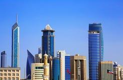 De oude en Nieuwe Real Estate-Groei in de Stad van Koeweit stock afbeeldingen
