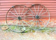 De oude en roestende wielen van de staalwagen stock foto
