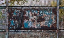 De oude en roestige textuur van de metaalpoort stock foto