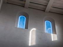 De oude en oude vensters in een ruimte Stock Foto