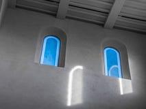 De oude en oude vensters in een ruimte Stock Afbeelding