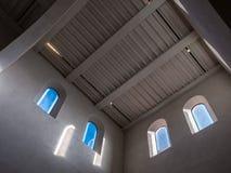De oude en oude vensters in een ruimte Stock Foto's