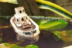 De oude en vuile modelscène van het visserijschip Royalty-vrije Stock Foto's
