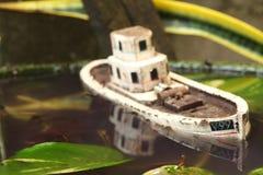 De oude en vuile modelscène van het visserijschip Stock Afbeelding