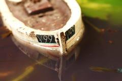 De oude en vuile modelscène van het visserijschip Stock Foto