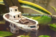 De oude en vuile modelscène van het visserijschip Stock Foto's