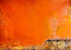 De oude en vuile oranje kleur schilderde op de concrete achtergrond van de muurtextuur met ruimte Paddestoel op de huismuur royalty-vrije stock afbeeldingen