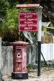 De oude Engelse postbus buiten het moderne postkantoor op het Eiland van Delft in het Jaffna-gebied van Sri Lanka Stock Foto's