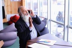 De oude ervaren mens van de bankwezenrekening geeft advies door nieuwe sma te gebruiken Stock Foto's