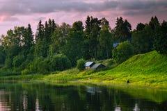 De oude Fee huisvest dichtbij rivier bij zonsondergang in bos Royalty-vrije Stock Fotografie