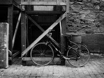 De oude fiets stock foto's