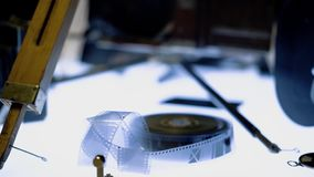 De oude filmcamera en de film zijn op de benadrukte lijst stock videobeelden