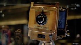De oude filmcamera en de film zijn op de lijst stock footage