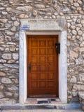 De oude flamboyllic deur van de steenboog met grootte en datum van 2011 royalty-vrije stock foto's