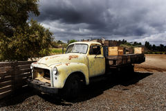 De oude Flatbed Vrachtwagen van GMC Royalty-vrije Stock Afbeeldingen