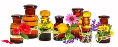 De oude flessen van het apothekerglas met medische installaties royalty-vrije stock afbeeldingen