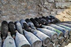 De oude flessen wijn in de oude kelder Unieke vi Royalty-vrije Stock Foto
