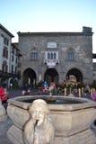 De oude fontein en aan een straat toont van beroemde filmkarakters stock foto's