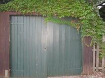 De oude garage van het tuinplattelandshuisje royalty-vrije stock fotografie