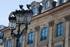 De oude gebouwen van Parijs met lampen Stock Afbeeldingen