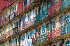 De oude gebouwen van Porto stock afbeeldingen