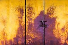 De oude geel en purpere achtergrond van de verf horizontale deur royalty-vrije stock fotografie
