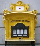De oude gele brievenbus stock afbeeldingen