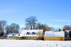 De oude gele landbouwbedrijf Deense winter Stock Afbeeldingen