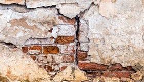 De oude geruïneerde muur Geruïneerde Muur Oude rode baksteen 19de eeuw Een barst in de muur Stock Foto