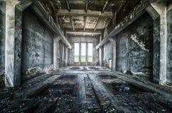 De oude geruïneerde fabrieksbouw van de binnenkant, ontzagwekkende achtergrond Royalty-vrije Stock Afbeeldingen