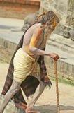 De oude geschilderde mens vraagt liefdadigheid in de tempels Nepal Royalty-vrije Stock Afbeeldingen