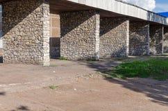 De oude geworpen bouw met kolommen van een steen voor het parkeren van bussen stock foto's