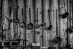 De oude Gietlepels hangen op Muur Stock Foto's