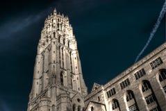 De oude gotische dramatische, surreal hemel van kerkovrer Stock Afbeelding