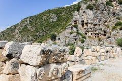 De oude graven bouwden de bergen in stock afbeeldingen