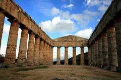 De oude Griekse tempel van Segesta, Italië stock afbeeldingen