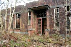 De oude, griezelige, verlaten bouw Royalty-vrije Stock Afbeeldingen