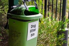 De oude groene bak van de Honddraagstoel in een openbaar park stock afbeelding