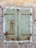 De oude groene blinden van het metaalvenster een geruïneerd huis in Volosko, Kroatië Royalty-vrije Stock Foto's