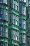 De oude groene die bouw in San Francisco onder ogen wordt gezien - Stock Afbeeldingen