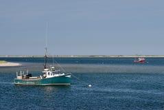 De oude groene en rode vissersboten verankerden in kalm w Royalty-vrije Stock Foto