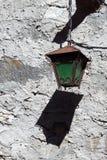 De oude groene muurlantaarn Stock Afbeelding